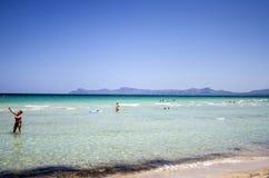 Люди наслаждаются солнечным днем на del Muro в Мальорке, Испании Playa стоковые изображения