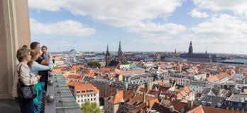 Люди наслаждаясь взглядом Копенгагена панорамным Стоковое фото RF