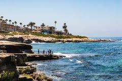 Люди наслаждаясь видом на океан от горных пород в La Jolla Стоковое фото RF