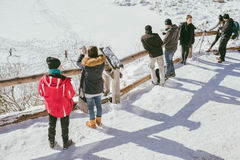 Люди наслаждаясь глазом озера Morskie Oko мор Стоковые Изображения