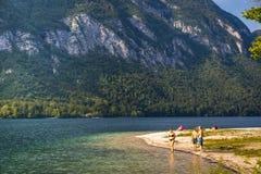 Люди наслаждаясь летом на озере пляжа в Словении Стоковые Изображения