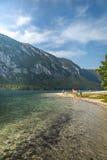 Люди наслаждаясь летом на озере пляжа в Словении Стоковая Фотография
