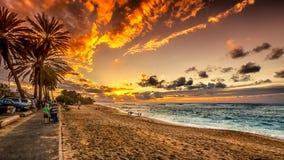 Люди наслаждаясь заходом солнца Стоковая Фотография