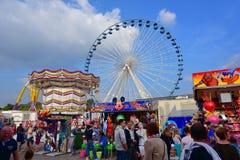 Люди наслаждаясь на парке атракционов Лилля в Лилле Стоковая Фотография RF