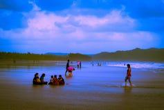 Люди наслаждаясь на пляже Стоковые Изображения RF