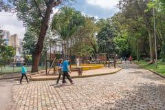 Люди наслаждаясь парком Aclimacao в Сан-Паулу Стоковые Изображения
