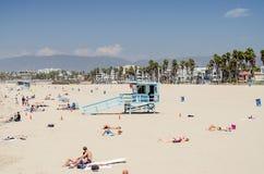 Люди наслаждаясь солнечным днем в Венеции приставают к берегу, Калифорния Стоковое Изображение RF