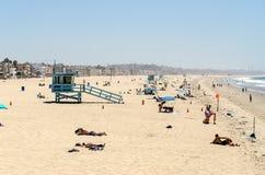 Люди наслаждаясь солнечным днем в Венеции приставают к берегу, Калифорния Стоковые Фотографии RF