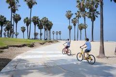 Люди наслаждаясь солнечным днем на пляже Венеции, Калифорнии Стоковая Фотография