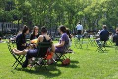 Люди наслаждаясь славным днем в Bryant паркуют Стоковые Изображения RF