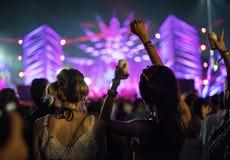 Люди наслаждаясь фестивалем концерта живой музыки Стоковое фото RF