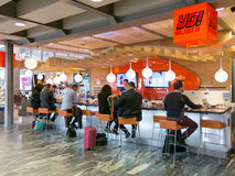 Люди на баре суш на авиапорте Осло в Норвегии стоковые фото