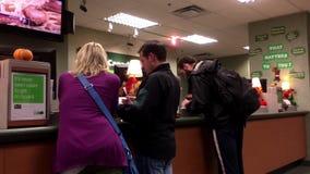 Люди на говорить банка встречный к рассказчику внутри банка TD видеоматериал