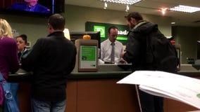 Люди на говорить банка встречный к рассказчику внутри банка TD сток-видео
