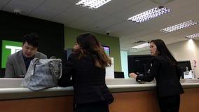 Люди на говорить банка встречный к рассказчику сток-видео