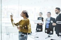 Люди на деловых партнерах работы интересуемых в развитии во время официально встречи Стоковая Фотография