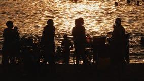 Люди на зоре приниманнсяое за hymastics в городе Nha Trang Вьетнам видеоматериал