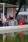 Люди на кафе водой Красная пластичная диаграмма женщины Стоковые Изображения