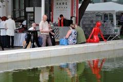 Люди на кафе водой Красная пластичная диаграмма женщины Стоковое фото RF