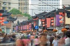 Люди на китайской улице, Шанхай Стоковые Изображения