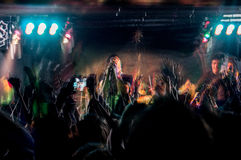 Люди на концерте музыки, партии утеса Стоковое фото RF