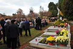 Люди на кладбище на покойном празднике Стоковые Фотографии RF