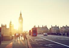 Люди на мосте на заходе солнца, Лондоне Вестминстера, Великобритании стоковые изображения rf