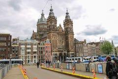 Люди на мосте около базилики St Nicholas Амстердам Стоковые Фото