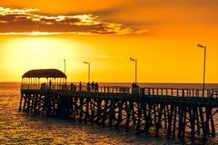 Люди на моле пляжа Henley на заходе солнца Стоковые Фотографии RF