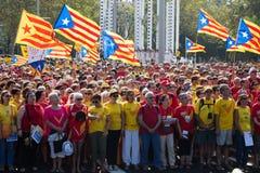 Люди на национальном празднике Каталонии в Барселоне Стоковое Фото