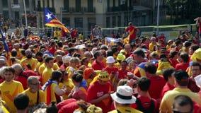 Люди на национальном празднике Каталонии в Барселоне акции видеоматериалы