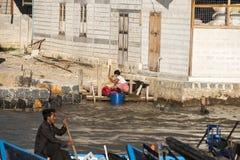 Люди на озере Inle. Стоковые Изображения