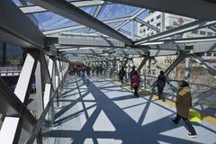 Люди на пешеходном мосте на торговом районе Xidan, Пекине, Китае Стоковые Изображения
