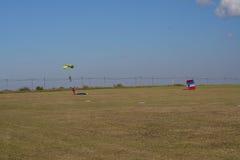 Люди на поле после парашютировать Стоковые Фотографии RF