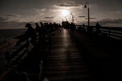 Люди на пристани в Калифорнии Стоковое фото RF