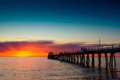 Люди на пристани на заходе солнца Стоковая Фотография RF