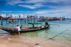 Люди на пристани на Ko Дао Стоковое Изображение