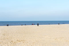 Люди на пляже в Голландии Стоковое Фото
