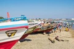 Люди на пляже в солнечном дне Стоковое Изображение RF