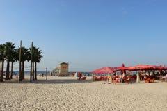 Люди на пляже в Тель-Авив, Израиле Стоковые Изображения