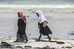 Люди на пляже Занзибара Стоковое Изображение