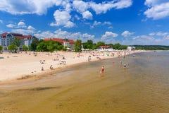 Люди на пляже Sopot, Польши стоковое фото