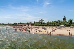 Люди на пляже, Sopot стоковая фотография