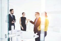 Люди на работе во время совета в конференц-зале с wifi Стоковое фото RF