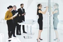 Люди на работе в конференц-зале используя современные технологии и wifi Стоковое Фото