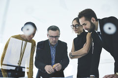 Люди на работе на идеях делить работы творческих стоя в офисе Стоковое фото RF