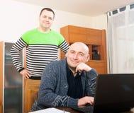 Люди на работе на компьтер-книжке Стоковое Фото