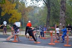 Люди на спортивной площадке оборудования фитнеса стоковая фотография