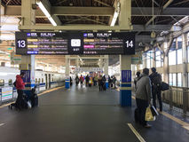 Люди на станции в Хиросиме, Японии Стоковые Фото