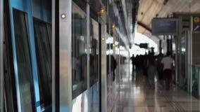 Люди на станции метро в Дубай сток-видео